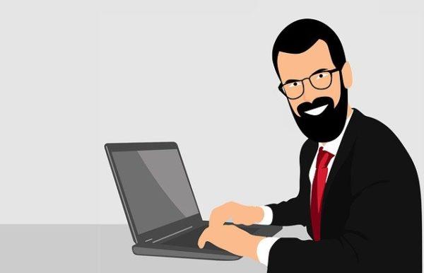 PCを触る髭の男