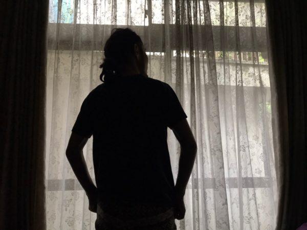外を眺める男