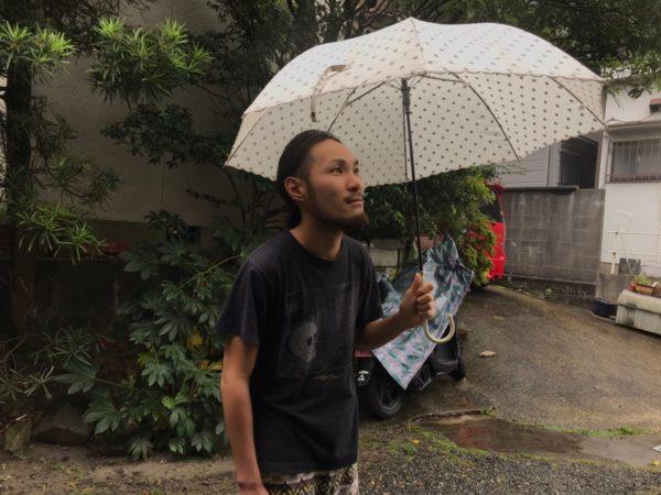 傘を持つ男性